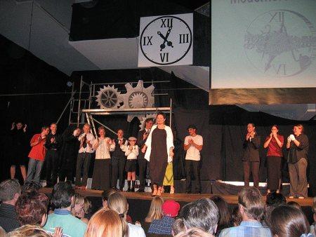 """Applaus für """"Modernere Zeiten"""", das erst große Projekte der Markanten Theaterbühne unter Marion Tscherning (Foto: Martin Dühning)."""