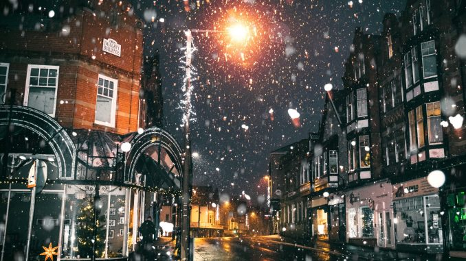 Verschneite Stadtszene (Foto: Lisa Fotios via Pexels)