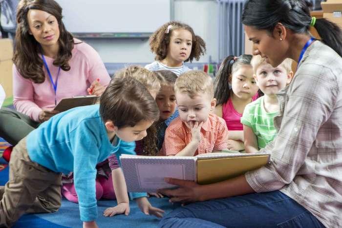 Enfants qui apprennent l'anglais de manière ludique