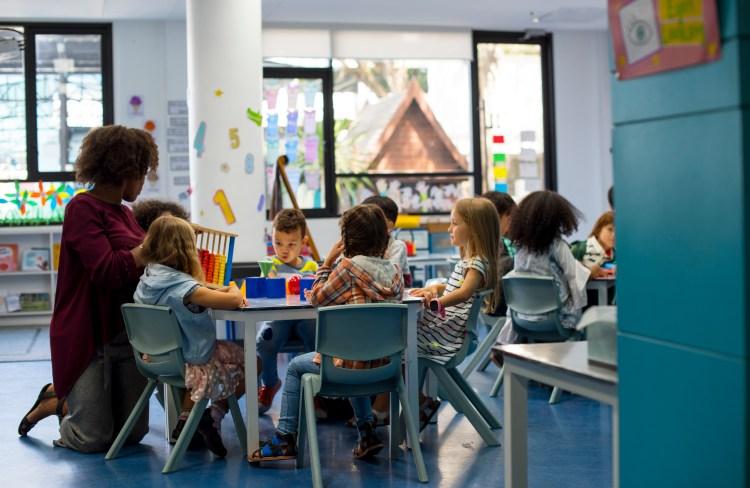 Groupes d'enfants qui apprennent l'anglais en maternelle