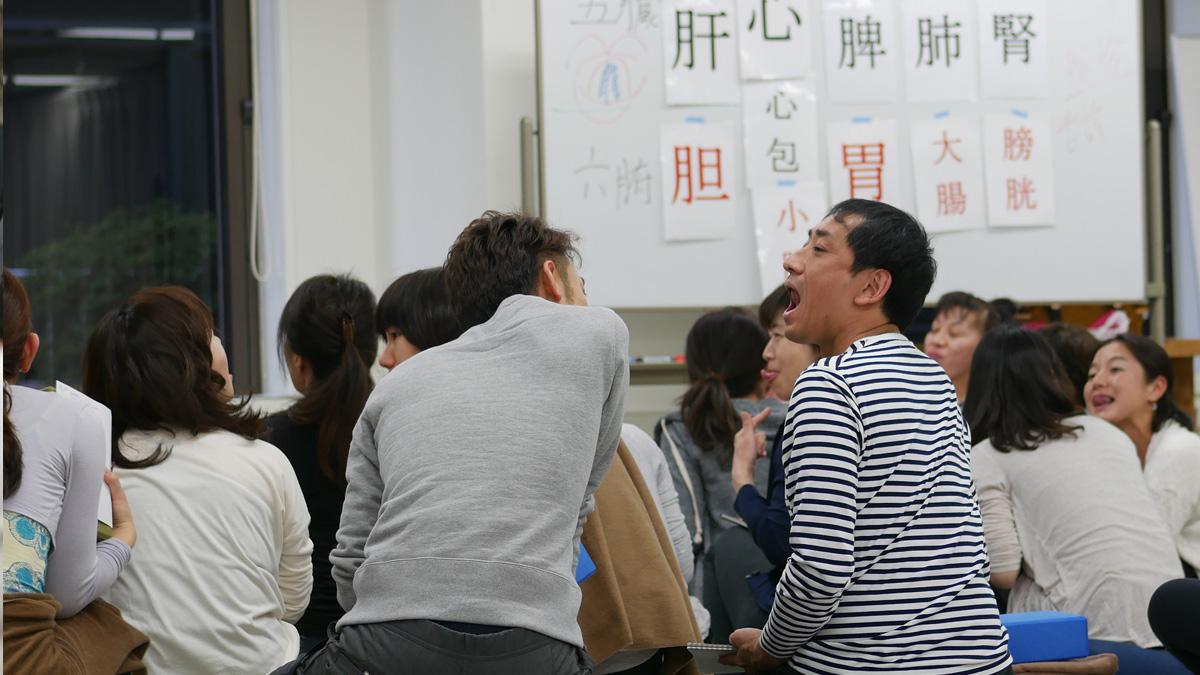 大勢の生徒が口をかけて舌の裏側を見せ合っている