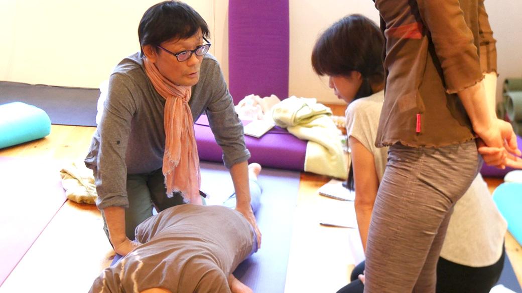 アナトミック骨盤ヨガ指導者養成講座の講座で内田先生が生徒さんに話かけている様子