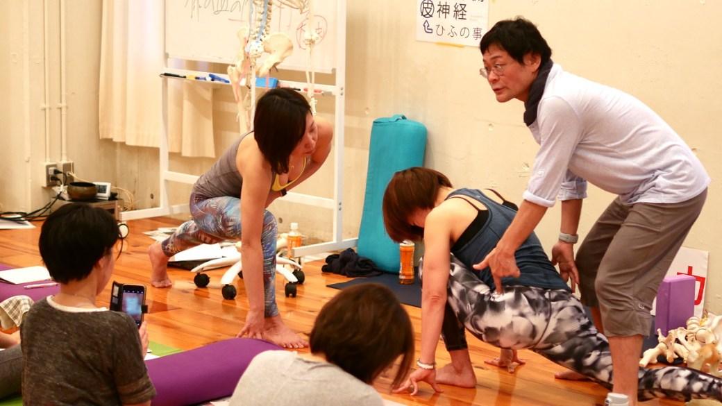 内田かつのり先生のアナトミック骨盤ヨガ指導者養成講座講座風景。2つのローランジの違いを解説する内田かつのり先生