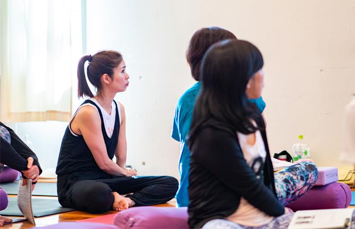 ヨガ解剖学講師内田かつのり先生のシニアヨガ指導者養成講座。真剣に講座に耳を傾ける生徒さん