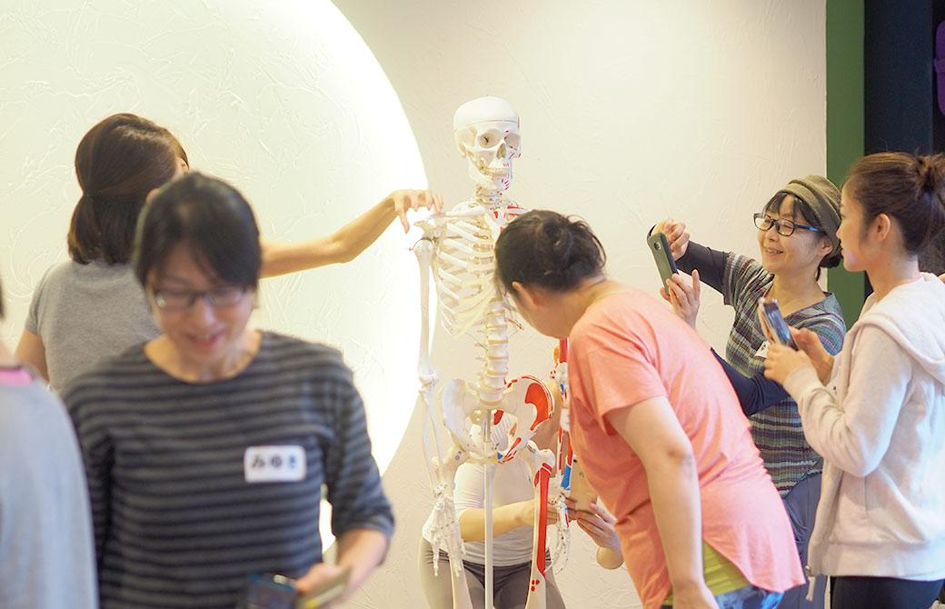 骨模型の周りに集まる生徒さん