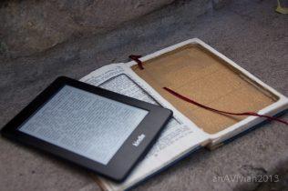 Interior do livro, com as folhas todas coladas e recortadas para dar espaço ao dispositivo