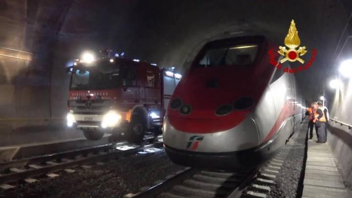 Treno bloccato in galleria per il terremoto: maxi evacuazione. Ma è un'esercitazione.