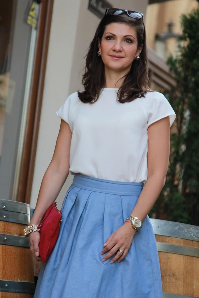 tinuta casual - fusta bleu & bluza alba