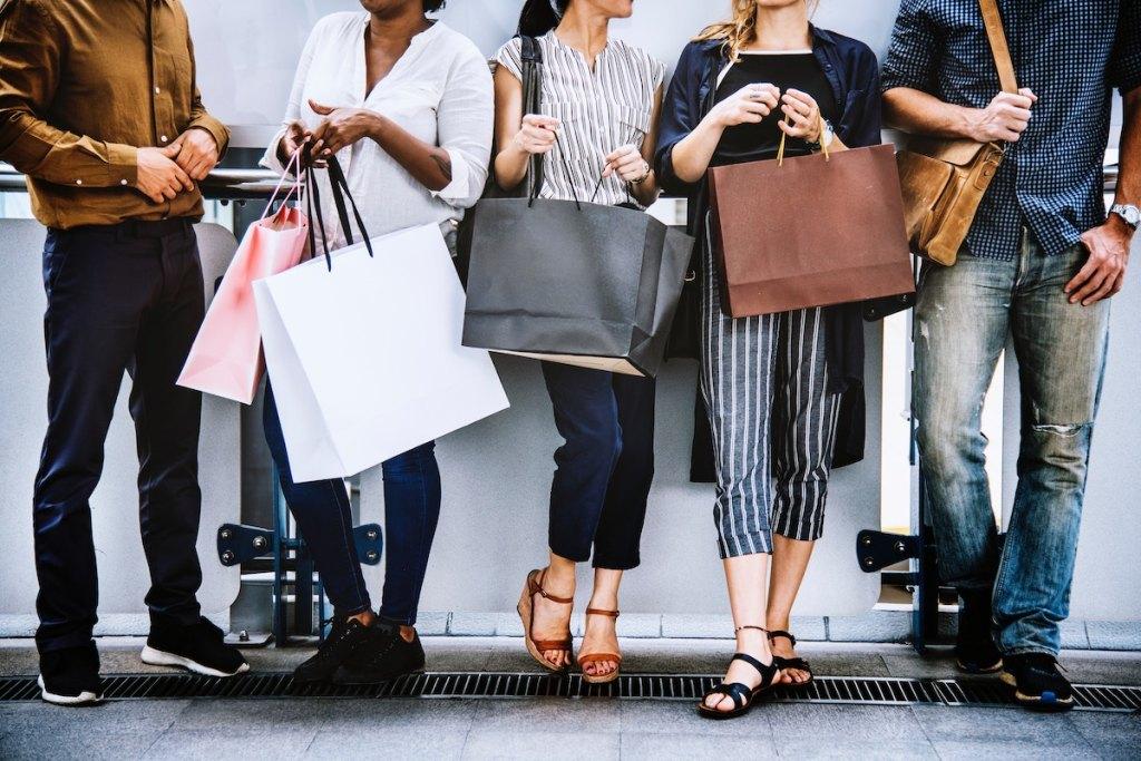 Black Friday cu reduceri la îmbrăcăminte, cosmetice și nu numai