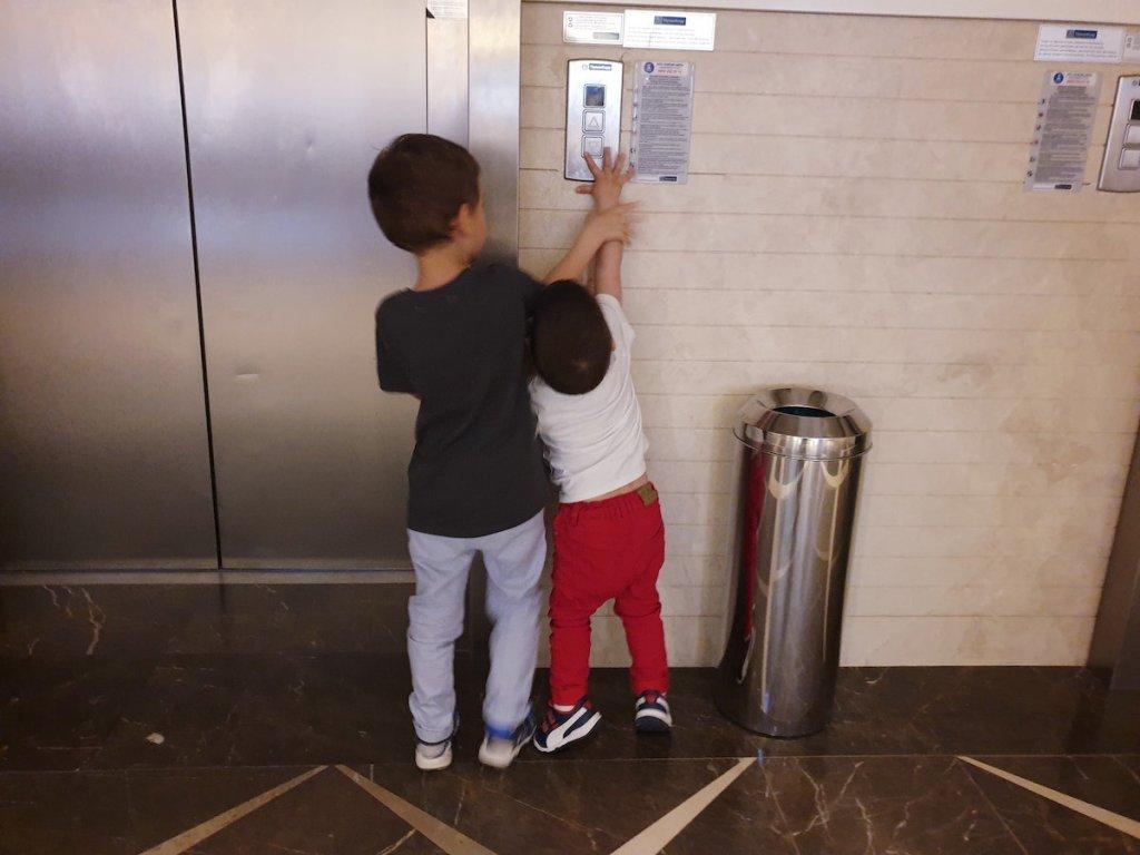 cine apasă butonul de la lift