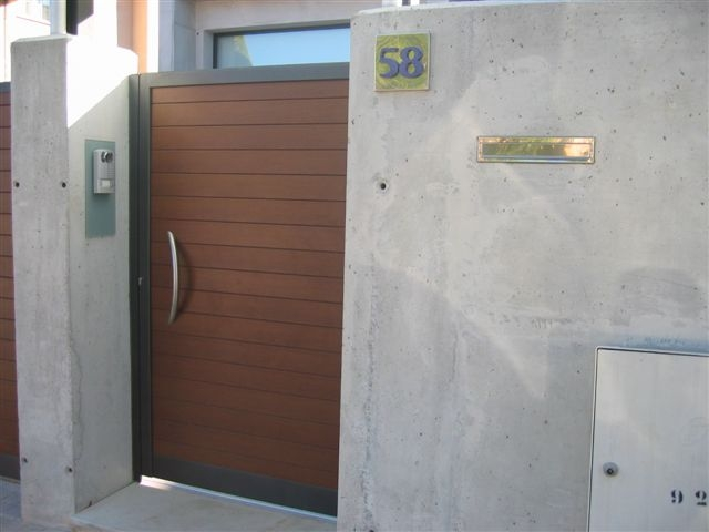 puerta de aluminio para la entrada del jardn