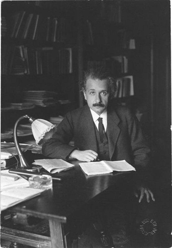 Muchas teorías de Tesla refutaban algunas de las presentadas por Albert Einstein (en la foto). (Public Domain)