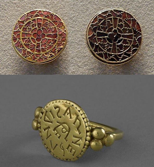 Arriba: Fíbulas del rico ajuar funerario de la reina Arnegunda. (Public Domain). Abajo: anillo con una inscripción en la que se puede leer el nombre ARNEGUNDIS. (Musée d'Archéologie National)