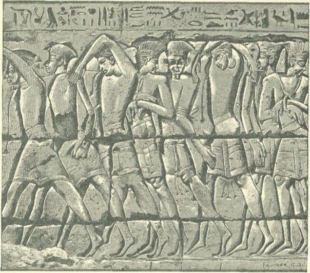 Procesión de prisioneros filisteos en un bajorrelieve egipcio de Medinet-Habu (Public Domain)