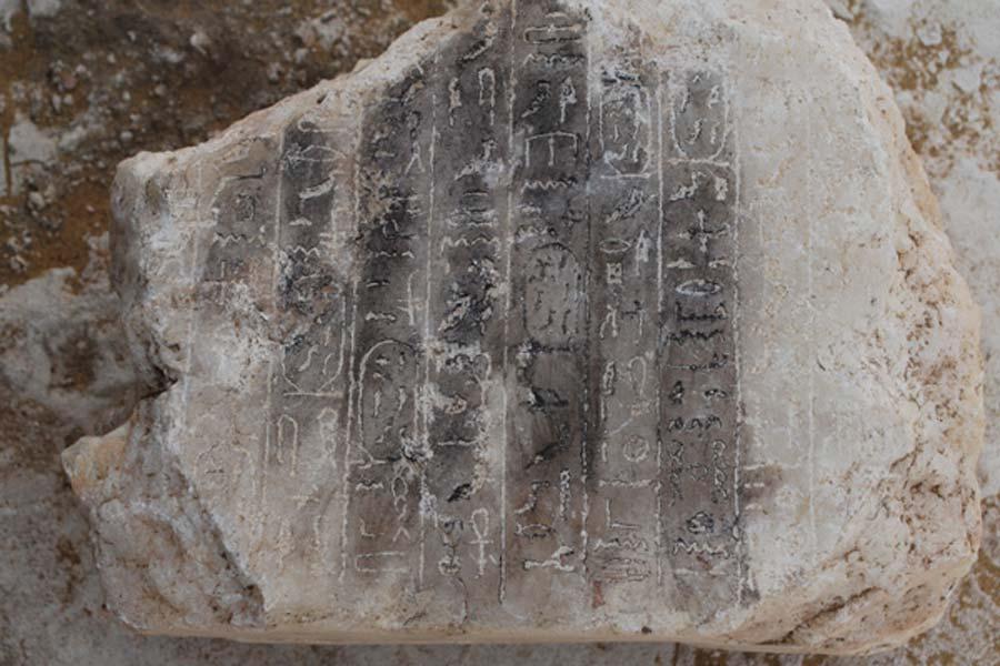 El bloque de alabastro descubierto en el interior de la pirámide con 10 líneas verticales de jeroglíficos (Ahram Online)