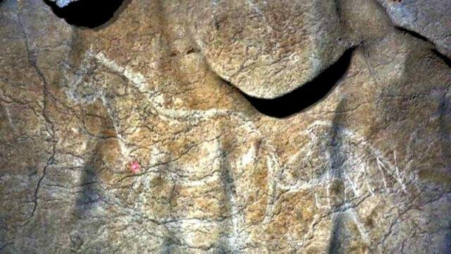 Algunos de los numerosos grabados de caballos descubiertos en las paredes de la cueva de Atxurra. (Fotografía: DEIA)