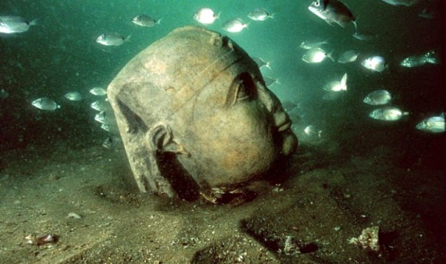Cabeza monumental de la ciudad sumergida en la desembocadura del Nilo. (Fotografía: La Gran Época/IEASM)