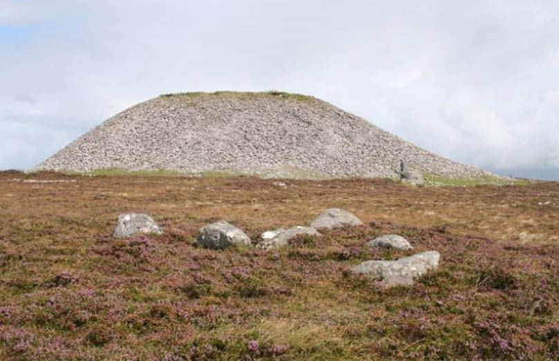 Cairn de Medb en la cima de la colina de Knocknarea. (CC BY-SA 2.0)