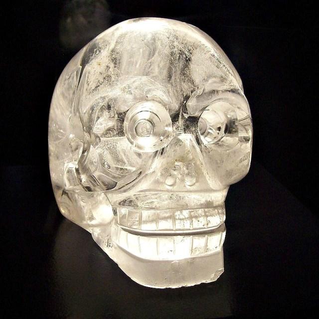 Calavera de cristal expuesta en el Museo del Muelle Branly de París, Francia. (Public Domain)