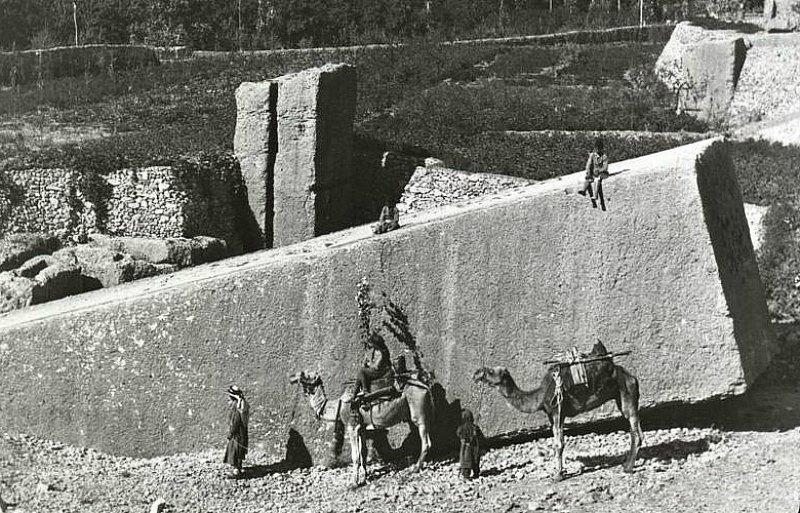 Canteras de Baalbek: este colosal bloque de piedra mide más de 20 metros de largo y su peso se calcula en unas 1.500 toneladas. Cuando se interrumpieron los trabajos en la cantera, el bloque se encontraba ya listo para su extracción, operación previa a su traslado. (Public Domain)