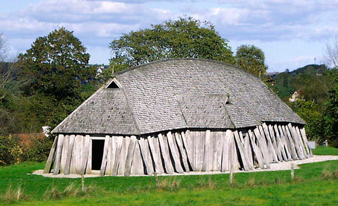 Reconstrucción de una casa vikinga de la fortaleza circular Fyrkat cercana a Hobro, Dinamarca. (Malene Thyssen/CC BY SA 3.0)