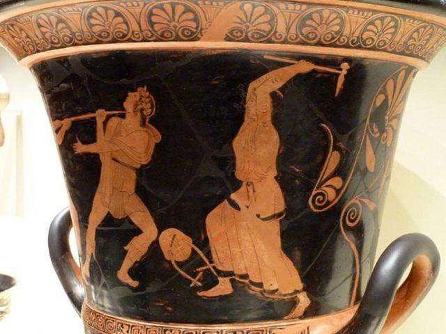 Copa griega del siglo V a. C. en cuya decoración se representa la muerte de Orfeo a manos de las bacantes o ménades. (Wikimedia Commons)