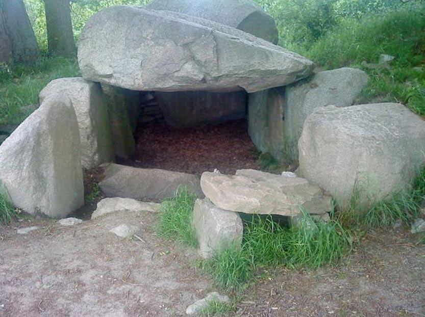Dolmen de la Cultura de los Vasos de Embudo (tumba megalítica con una sola cámara), Lancken-Granitz, Alemania. (Skäpperöd/ CC BY SA 3.0)