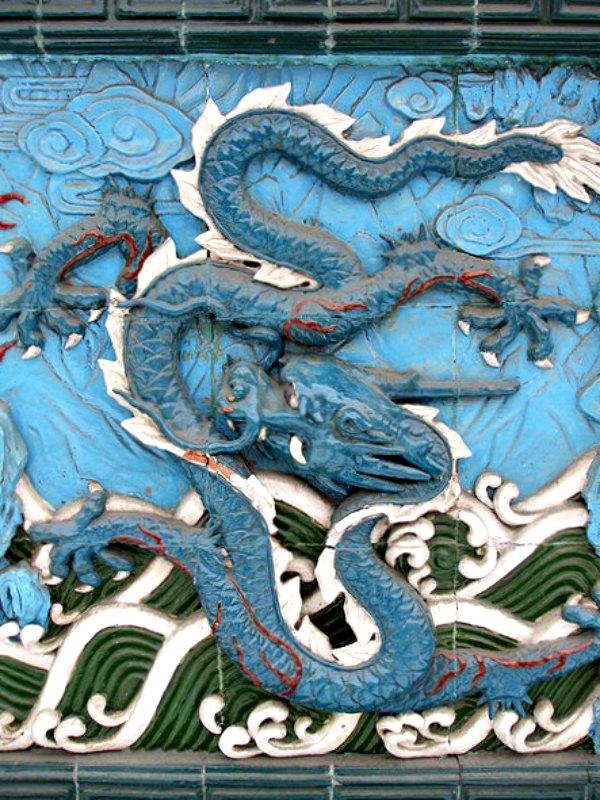 La fuerza del dragón es una energía invisible, un yang celestial que brota del agua y del clima y reina sobre ellos. En la imagen, dragón azul chino, emergiendo de las aguas. Jardín chino de San Petersburgo, Rusia. (Public Domain)