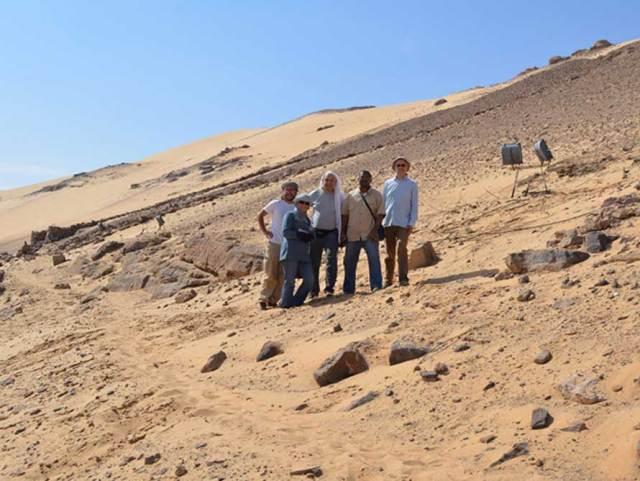 El equipo de arqueólogos junto con los inspectores egipcios en noviembre del 2015: De izquierda a derecha, David Sabel, el inspector de Asuán Howeyda Mohamed, Amr El Hawary, el inspector jefe de Asuán Shazly Ali Shazly y Ludwig Morenz. (David Sabel)