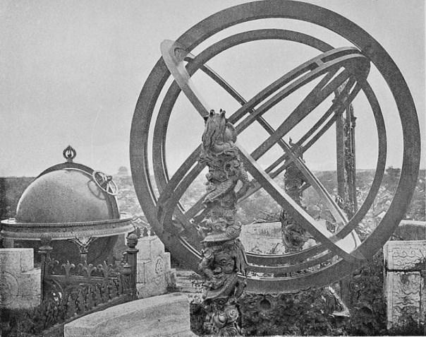 """Antiguos instrumentos astronómicos ubicados sobre la muralla de Pekín. Fotografía tomada entre 1871 y 1872, perteneciente al libro """"Atravesando China con una cámara"""" del fotógrafo escocés John Thomson (1837-1921). (Public Domain)"""