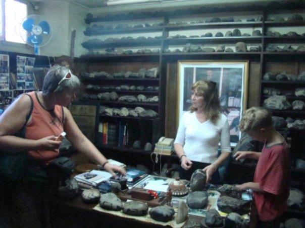 Con Eugenia Cabrera, hija del descubridor de las Piedras de Ica, en el Museo Científico Javier Cabrera. (Fotografía: Nancy Sathre-Vogel/La Gran Época)