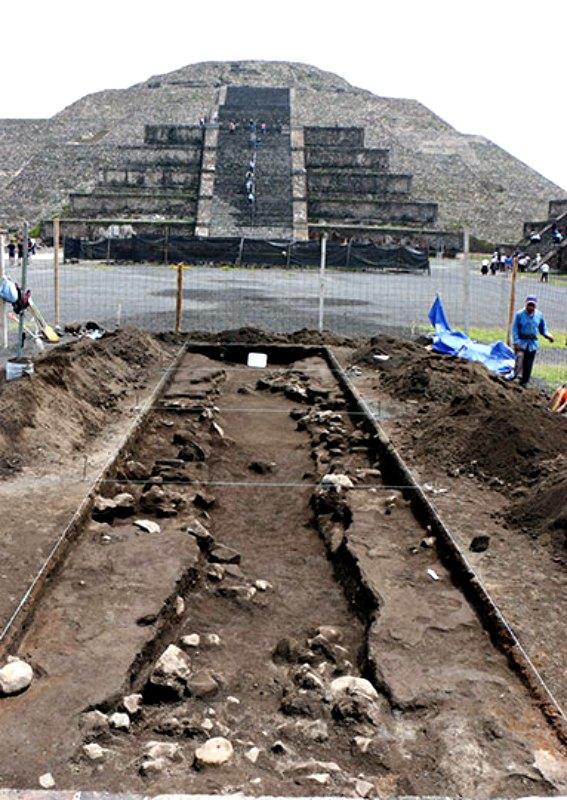 Las excavaciones se están realizando bajo la superficie de la Plaza de la Luna, frente a la pirámide. (Fotografía: Proyecto Estructura A, Plaza de la Luna, Teotihuacán, INAH.)