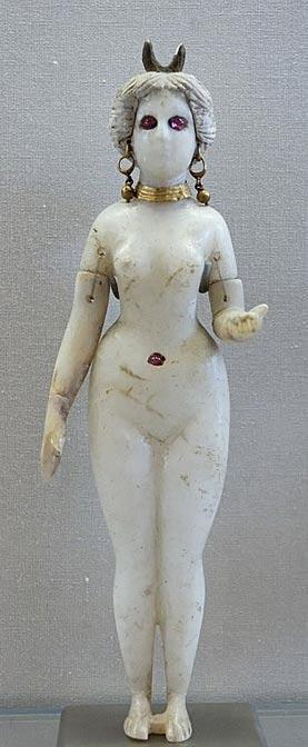 Figurilla de Astarté. En su cabeza se puede observar una luna creciente, o quizás un par de cuernos. Museo del Louvre. (Public Domain)