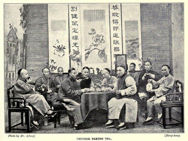 Grupo de chinos tomando té en Hong Kong a principios del siglo XX. (Public Domain)