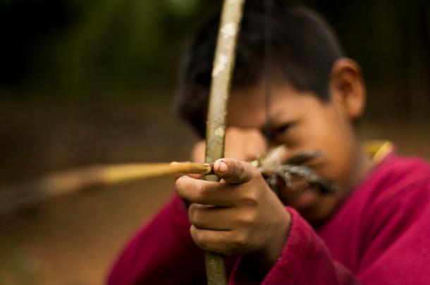 Niño Guaraní aprendiendo a cazar (public domain)
