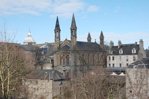 El antiguo 'Kirk' (iglesia) de San Nicolás, en Aberdeen, fue escenario de un triste capítulo de la historia de Escocia durante la Gran Caza de Brujas de 1596-97. (Wikimedia Commons/AberdeenBill)