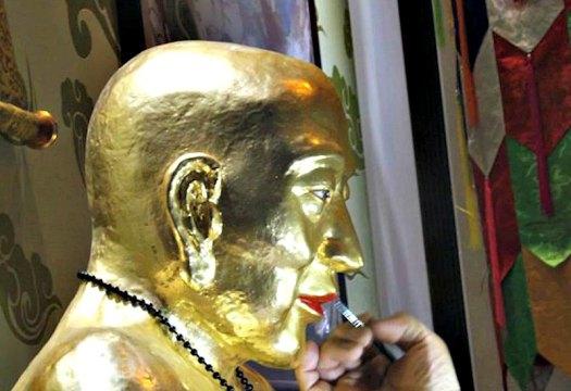 Detalle del aspecto que presentaba la momia, cubierta con capas de pintura de oro, como señal de respeto. (Fotografía: La Gran Época).