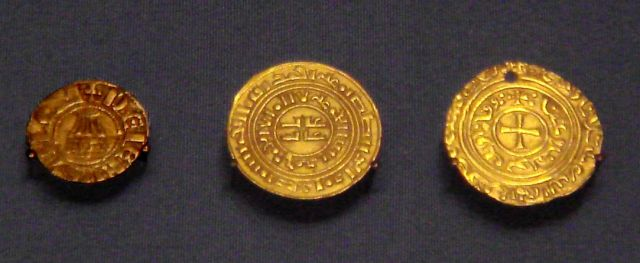Monedas de oro de los cruzados del reino de Jerusalén. Dinares de estilo europeo expuestos en el Museo Británico de Londres, Inglaterra. (Wikimedia Commons).