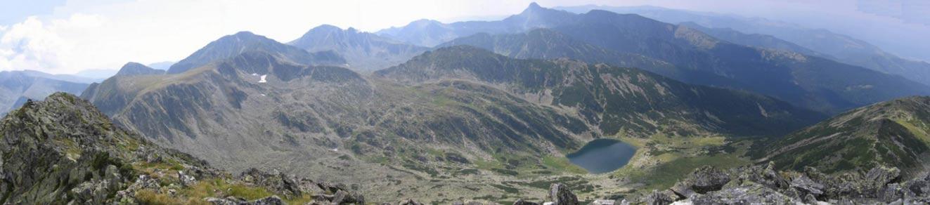 """Los Montes Retezat, vistos desde la cima de uno de ellos (Vârfu Mare, """"El Pico Alto""""). (Public Domain)"""
