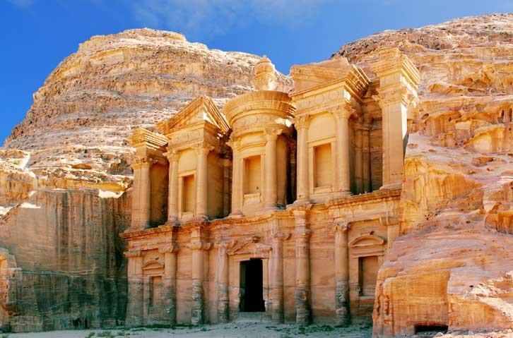 La monumental ciudad de Petra en el desierto jordano. (BigStockPhoto)