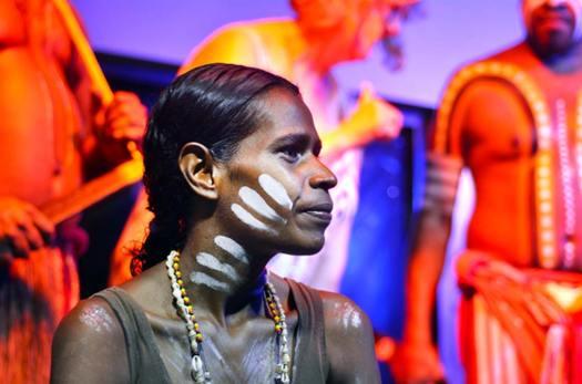 Mujer y hombres aborígenes en Australia. (Rafael Ben-Ari/Adobe)