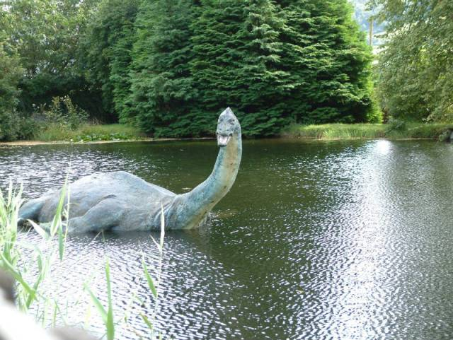 Representación artística de Nessie como plesiosaurio en el exterior del Museo del Monstruo del Lago Ness, Escocia. (Wikimedia)