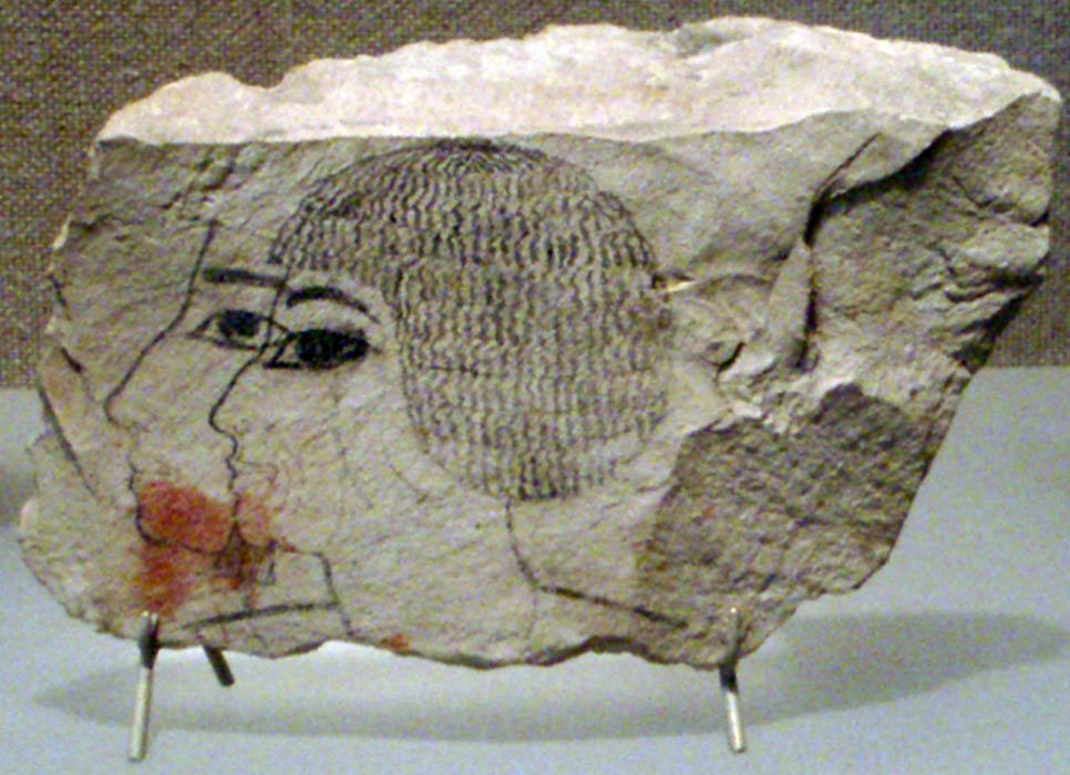 Ostracón hallado entre los desechos que se encontraron bajo la capilla funeraria de la tumba de Senenmut (SAE 71). (CC BY 2.5)