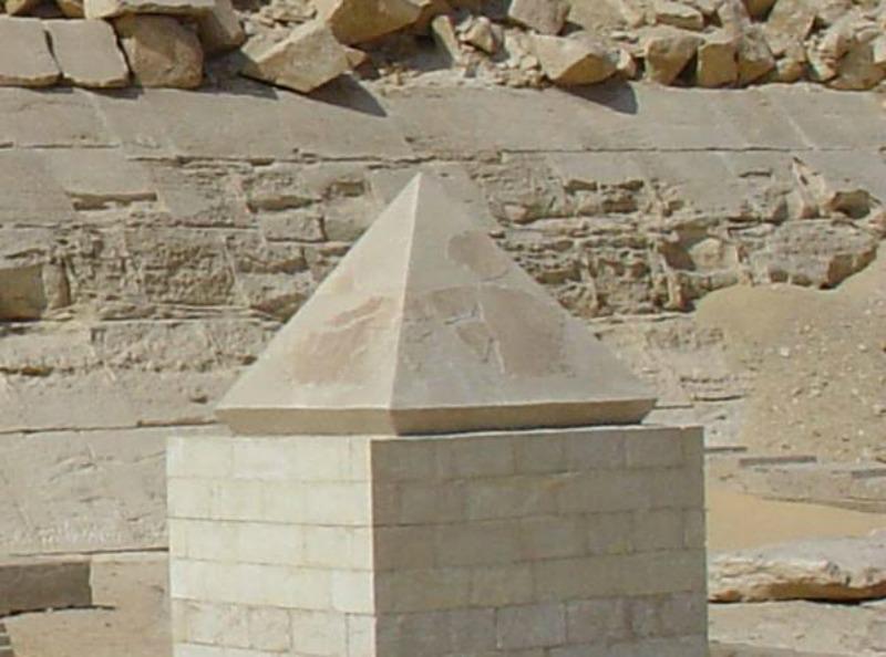 Estado actual del piramidión tras su segunda restauración. (Fotografía: Historia Enigmática)