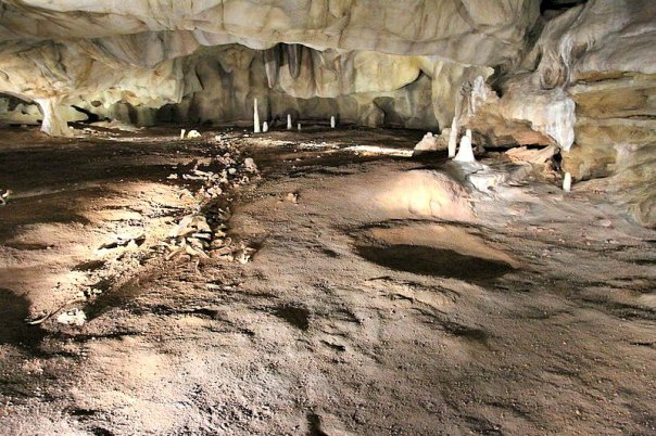 En la Cueva Chauvet, además de centenares de pinturas rupestres se encontraron singulares formaciones geológicas, así como huesos y pisadas de animales. En la imagen, réplica de la cueva original. (Claude Valette/CC BY-SA 4.0)