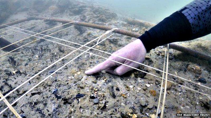 Uno de los investigadores señala los restos de trigo descubiertos recientemente, cuyo ADN ha sido datado en 8.000 años de antigüedad: 2.000 años antes que los registros conocidos hasta ahora. (Fotografía: La Gran Época/ The Maritime Trust)