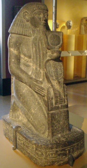 Estatua de Senenmut arrodillado. (CC BY-SA 2.5)