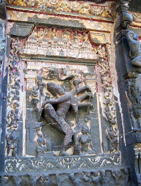 Panel en el que se observa el relieve de un Shiva danzante, templo de Kailasha, cueva número 16 de Ellora. Gran parte de la pintura que cubría enteramente este templo en el pasado aún es visible en esta fotografía. (QuartierLatin1968/ CC BY SA 3.0)