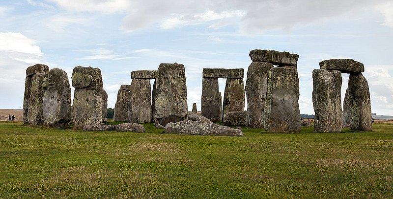 Los monumentos megalíticos de tamaño descomunal constituyen otro factor que los partidarios de la teoría de las tres razas proponen como argumento válido de la existencia de gigantes. En la imagen, Stonehenge, Condado de Wiltshire, Inglaterra. (Diego Delso/CC BY-SA 3.0)