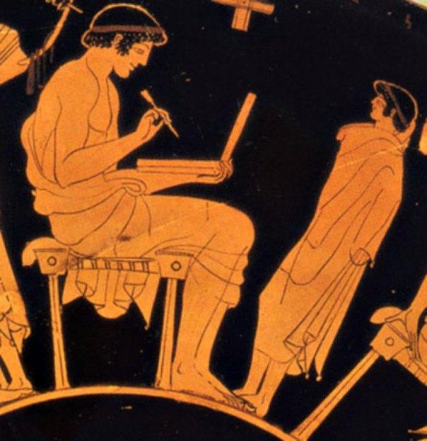 Dibujo obra de Douris, antiguo pintor griego de vasijas, de alrededor del año 500 a. C., en el que aparece un hombre escribiendo sobre una tablilla de cera plegable. Museo de Berlín, Alemania. (Public Domain)